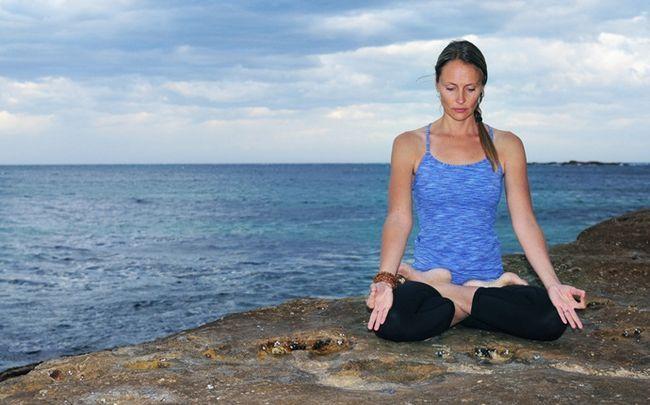 poses de ioga para SOP - padmasana (lótus levanta)