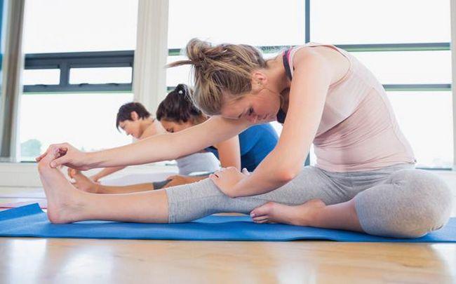 poses de ioga para a ciática - a torção duas joelho