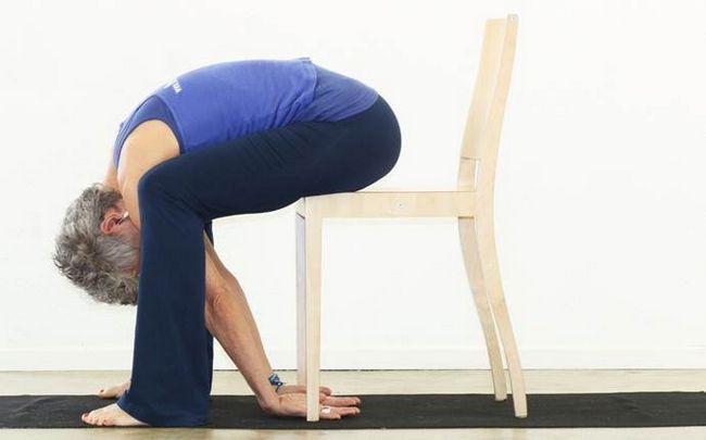 poses de ioga para a ciática - vaca em uma cadeira