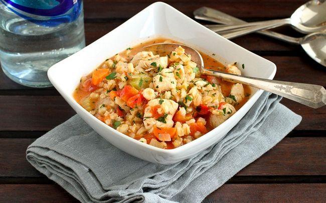 comida para bebé saudável - caçarola vegetal país com caldo de galinha